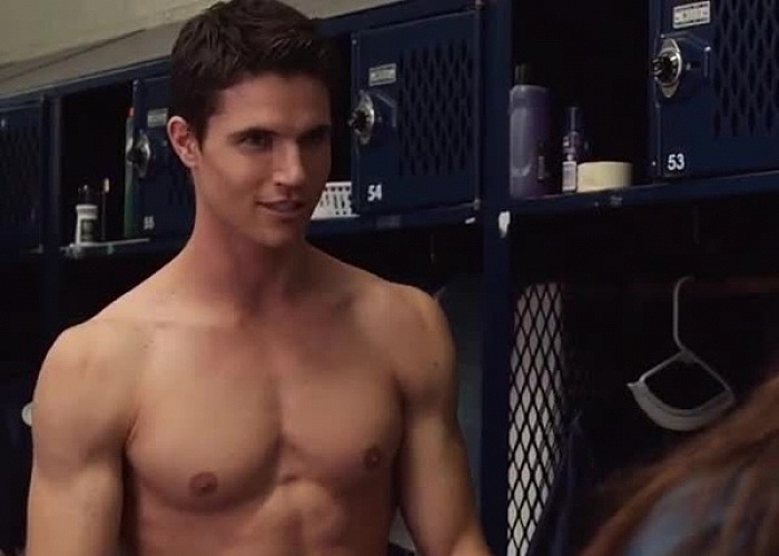 tabloid-men-robbie-amell